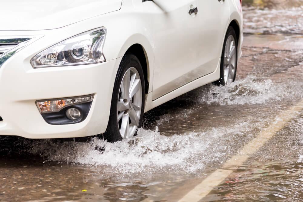 Jalan Basah di Awal Hujan Lebih Berbahaya, Mitos atau Fakta?